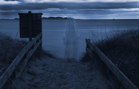 Spøkelse kommer opp fra Sjøsanden