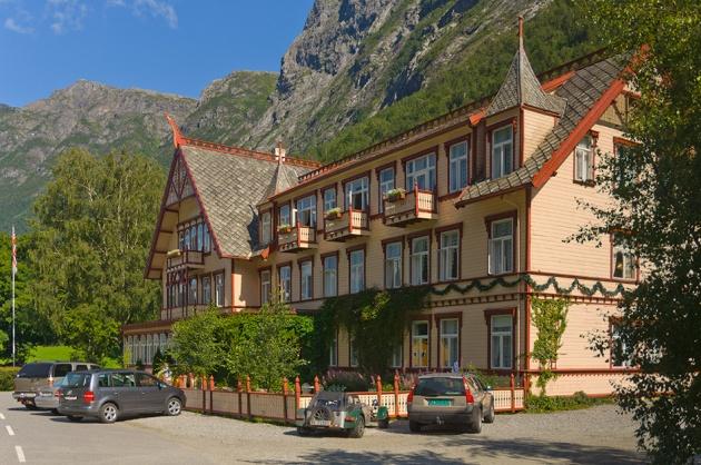 Hotel Union Øye, flott hotell nederst i dalen.  Her fortelles det enventyr om kveldene. Om nettene spøker det litt her og der.. -et utmerket hotell i flotte og spennende omgivelser.